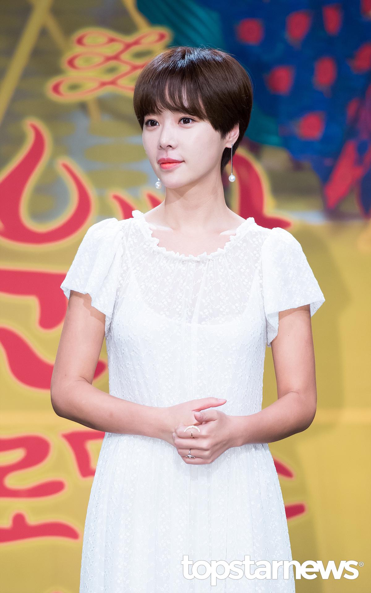 最近韓國討論度蠻高的《好運羅曼史》女主角黃正音更是在劇中使用了今年推出的限量色【512裸粉舞鞋】和【505亮粉手拿包】