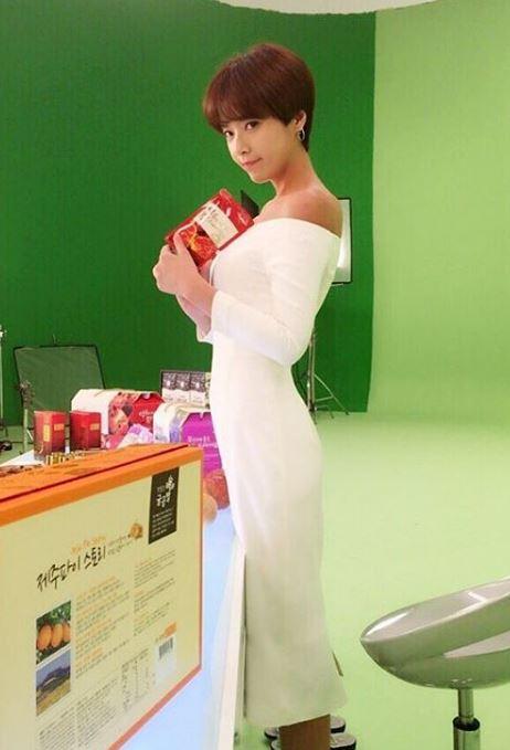 而且韓國網友很壞欸XD 人家黃正音原本是這麼美又辣的人妻啊~~~(這張的身材曲線也太犯規了吧!!)