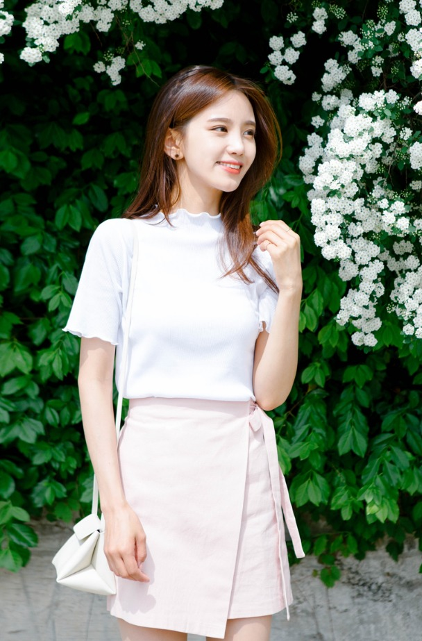 小清新最重要的就是不要有過於鮮豔的配色,像是白色x粉紅色就最能展現出甜美感了 ! 滾邊的小設計更添加少女味。