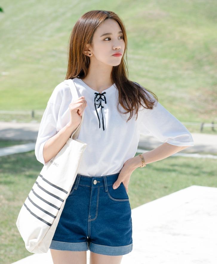 韓劇中常常能見到的女大生搭配風格 ! 一樣是白色上衣但選擇有點女生味的抽繩設計配上簡單牛仔褲,簡單卻最能展現出氣質感。