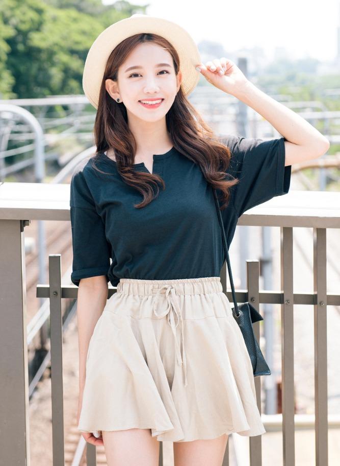 誰說黑色衣不能穿出清新感~ 選擇素面的上衣配上類似裙子的收腰短褲超好看的 !