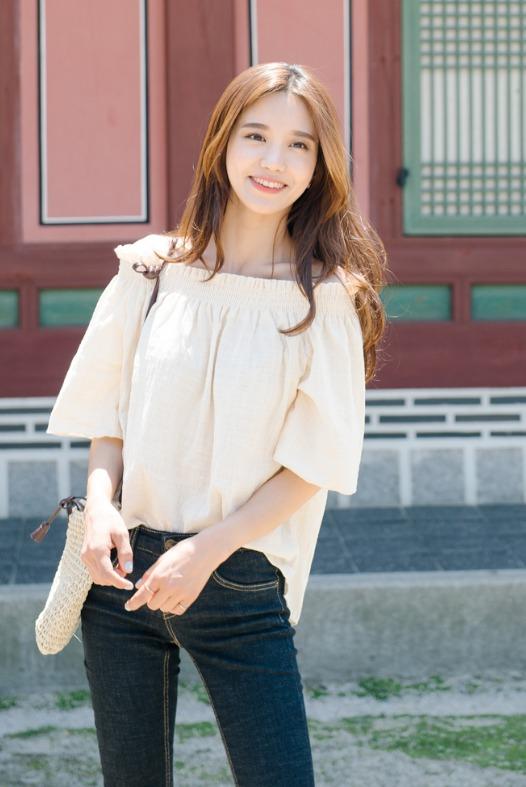 今年非常流行的一字領上衣,淡雅系鵝黃色就是氣質女孩的最佳選擇 ! 還能遮住掰掰肉耶 !