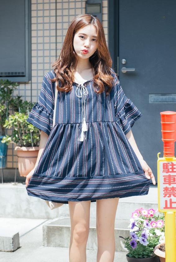 直條紋最能顯瘦了,寬大的下襬更顯腿細 ! 摩登少女也推薦大家一定都要有一件這種印花式洋裝唷