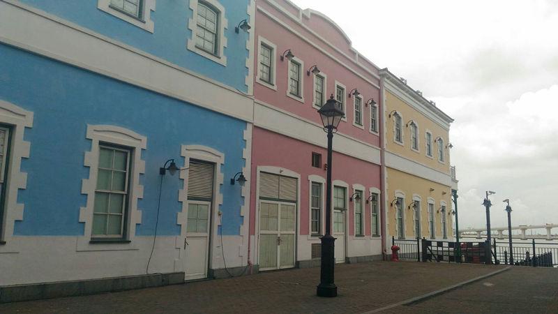 在這裡的建築物都漆上了非常少女的顏色,是不論白天都很適合周一情侶約會(?)的浪漫去處