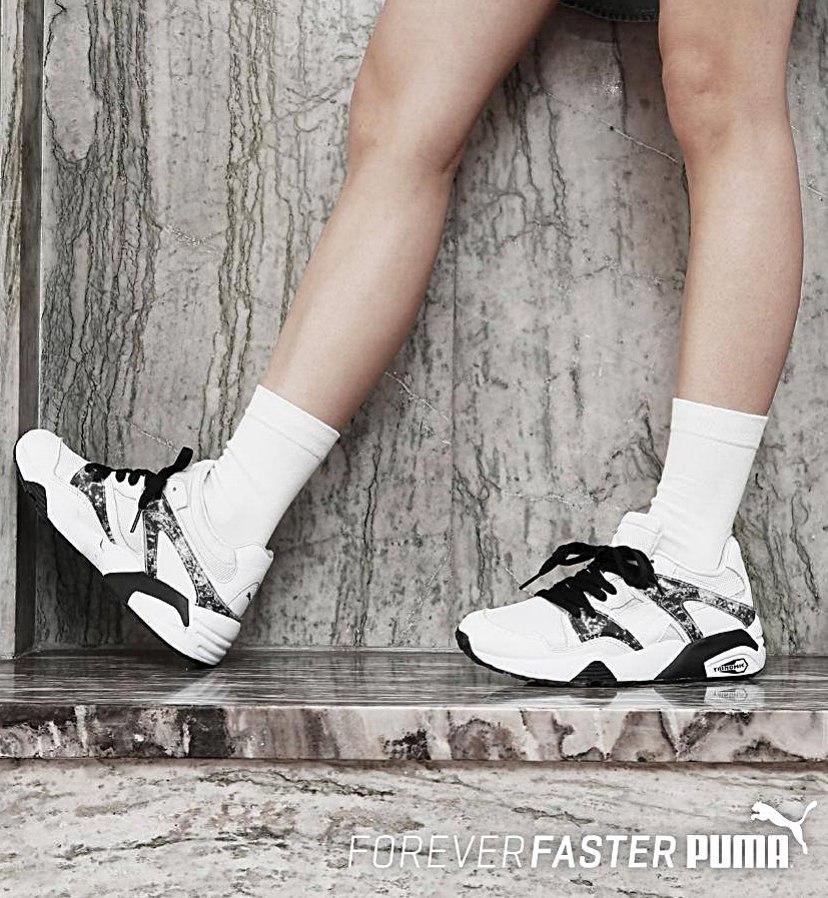 在白色鞋身上,加入大理石紋的印花,讓風靡已久的小白鞋,能融合不同特色