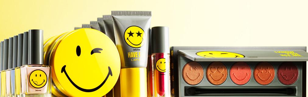 除了這款氣墊隨身充,LAPCOS和SMILEY聯名推出的「Smiley  Supplementary Battery 」系列還有氣墊粉餅、眼影、唇彩、指甲油、化妝包、腮紅膏等。而且現在只要購買7萬韓元以上的產品,就免費贈送一個笑臉隨身充。