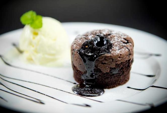 除了冰品外店家也有提供多少女們都喜歡的甜點,像是這道熔岩布朗尼,不會過於甜膩的巧克力是連大人都可以接受的口味,趁蛋糕還熱熱的時候加上香草冰淇淋一起吃是最美味的吃法了
