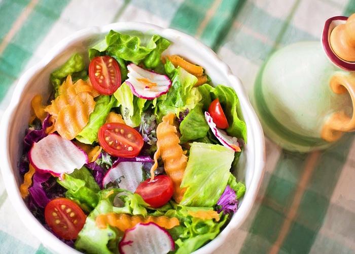 ☂ 蔬菜沙拉 吃一些由各種蔬菜水果做的沙拉,不要用奶油,用醋、橄欖油和少許的調味料攪拌一下就可以了,非常的清淡,而且利於減肥!
