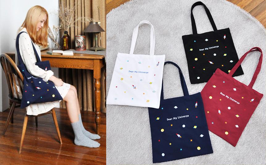 最近韓妞很喜歡背的帆布包~~上面也印滿了可愛的宇宙、火箭圖案。