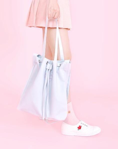 最近新推出的這款水桶包也很受韓妞歡迎呢~~~