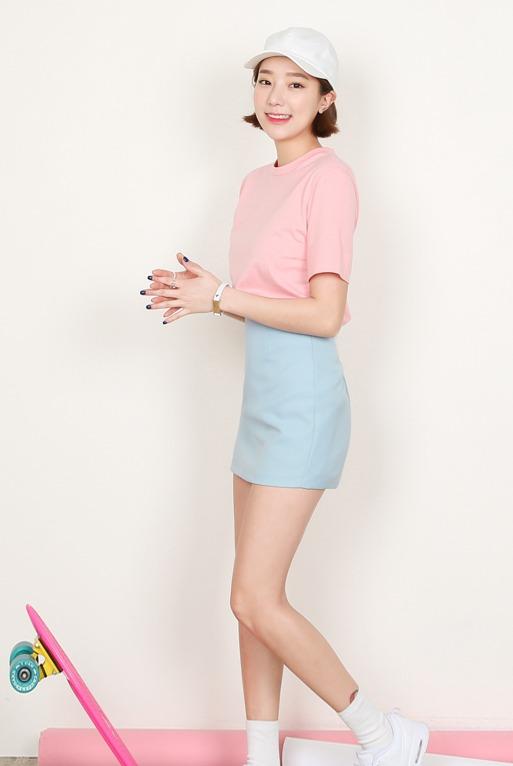 ♫ 裙裝 短裙可是夏季的限定,想要避免過於成熟感就選擇甜美的顏色吧 ~ 粉色上衣搭配水藍窄裙的pantone組合,青春感十足又不失時尚度 !