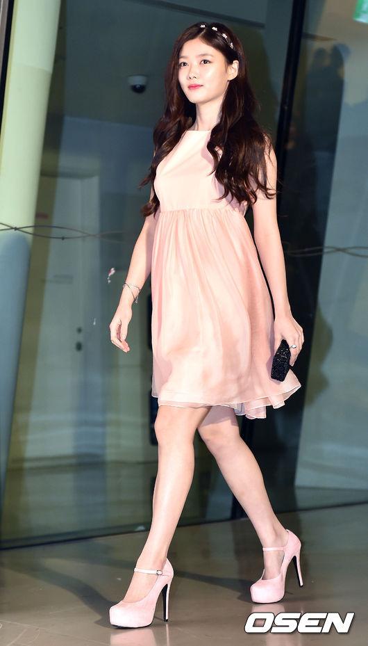 裕貞的衣服大部分則是走簡約的路線!這套衣服讓網友大呼「想要給造型師頒獎!」