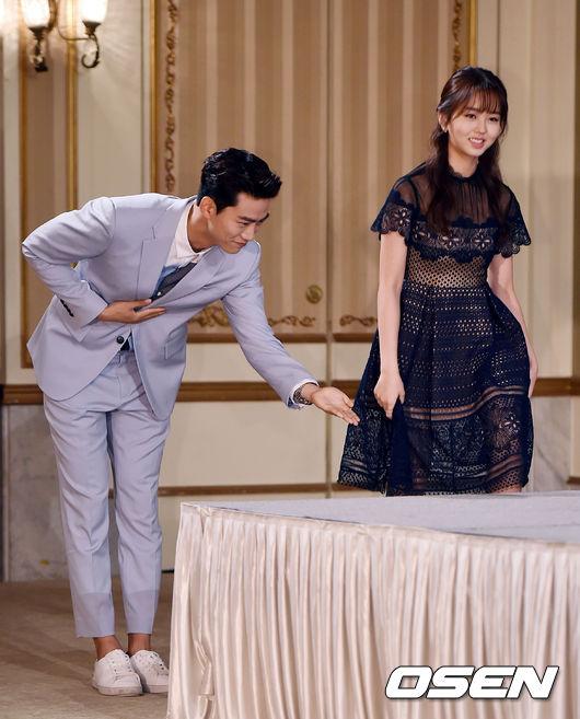 在戲外澤演也對金所炫相當呵護,就像記者會上澤演非常有禮貌地彎身讓所炫先上台,展現了對妹妹的照顧…
