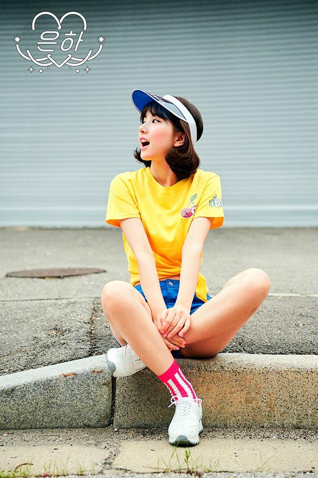 然後這張就是大受網友好評的Eunha短髮照拉~(請忽略地點) 一種活潑夏日少女的感覺,照片一出就讓網友們驚艷!不斷稱讚Eunha的美貌升級了~~