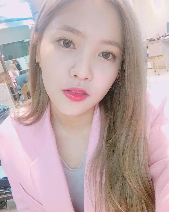 99年生的Yeri,雖然是Red Velvet中的忙內,但卻擁有著不輸給歐逆們的成熟氣質,然而受到許多粉絲喜愛的她,最近公然對男友喊話,引起了韓國網友們的注意…?