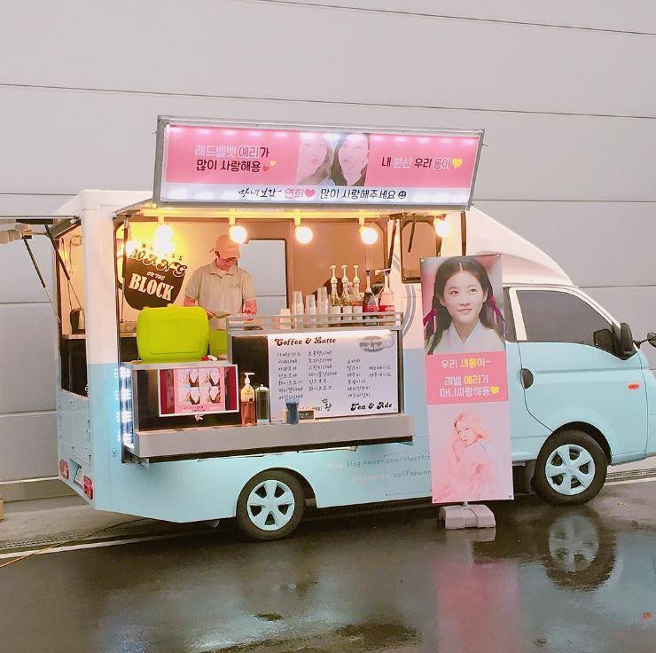 最近忙於JTBC電視劇《魔女寶鑑》拍攝的金賽綸,Yeri貼心送上餐車,不僅請大家多多喜愛金賽綸在劇中的角色妍熙,餐車前的立牌也寫著:「我們賽綸~~Red Velvet Yeri非常愛妳♥」