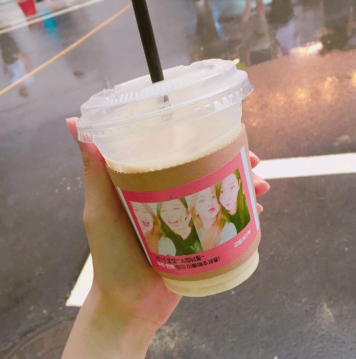另外也在咖啡杯上附上兩人合照,上面寫著:「請《魔女寶鑑》的工作人員們多多照顧我們妍熙呦♥」Yeri真的是個標準好女友啊(笑)