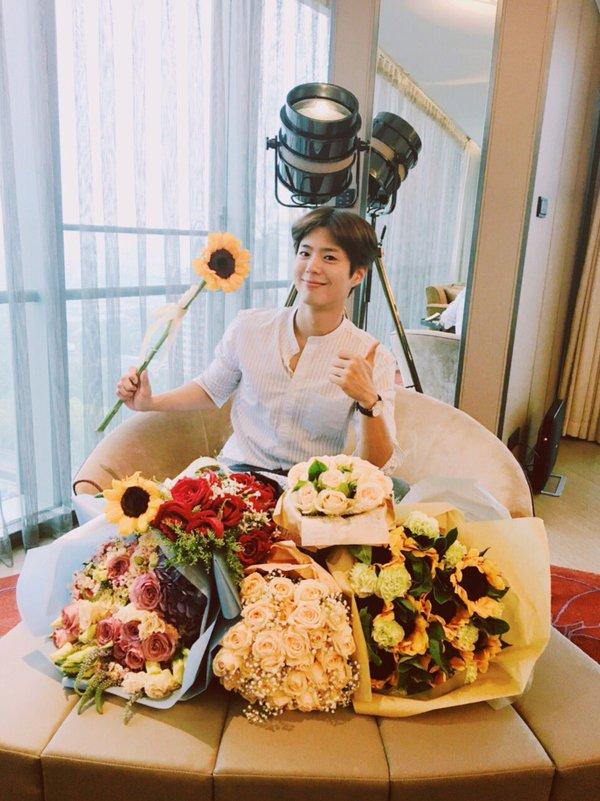 朴寶劍,1993年6月16日生 「喜歡會照顧我的女生,具體來說會煮飯的女性最好,因為我很喜歡吃。」 「外貌不是重點,因為我喜歡的人不管怎樣看都是漂亮的。」