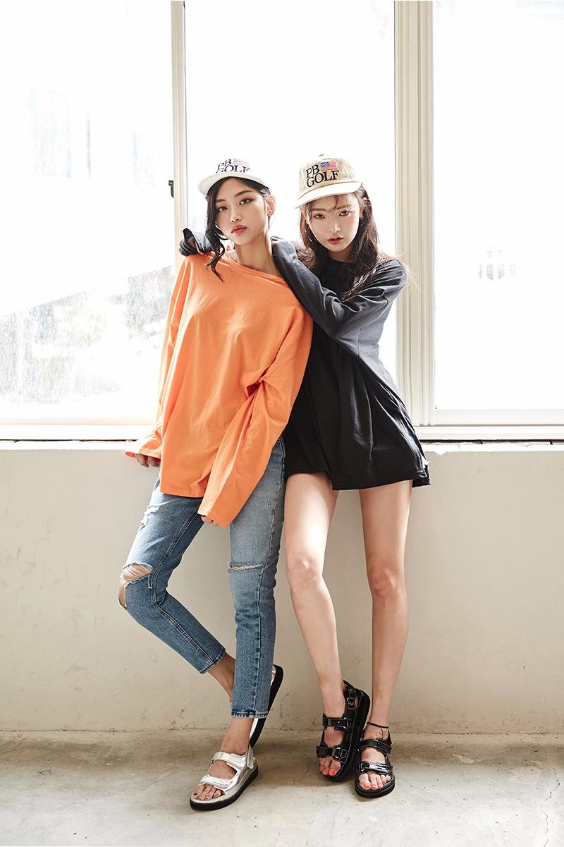 ◆同款不同色 最簡單的姐妹裝穿搭法就是穿上同款不同色的衣服,而且風格上也可以一個運動休閒、一個性感,或者還可以搭配上同款的配飾。