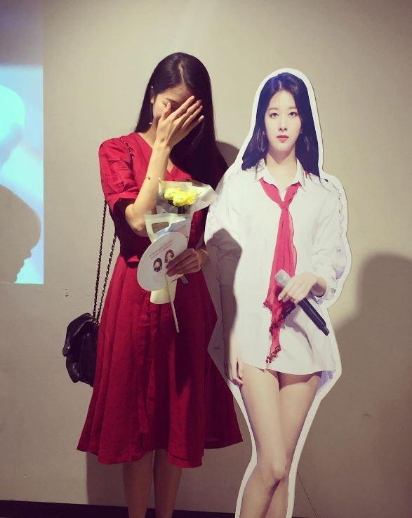 和自己的人形立牌合照有害羞到需要遮住臉嗎~