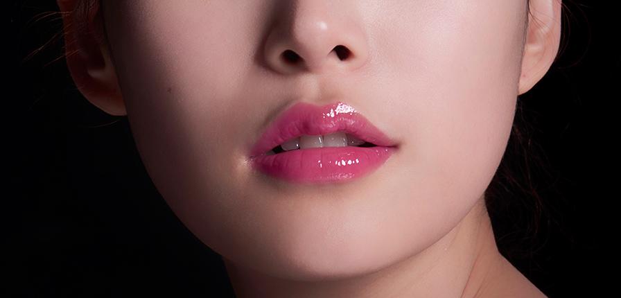 整體上唇蜜的遮蓋力不太好,有的時候還會顯唇紋和本身唇色;顯色度整體也不夠好,但也有顯色的,選購時最好先試用或看色圖;同時並不是所有唇蜜都是半透明的哦~而且唇蜜非常的滋潤,但持久力不足!