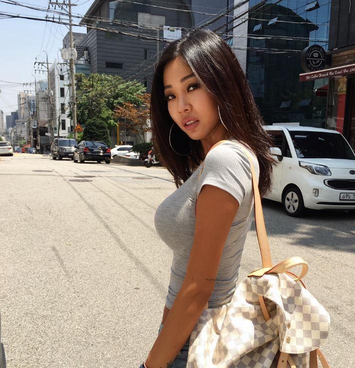 徐仁英還提到和Jessi吵架的話,用話吵不贏自己,主持人則低聲回應:「因為韓文不太…」Jessi立馬回應:「那倒不是…因為最近韓文髒話有進步」(大笑)
