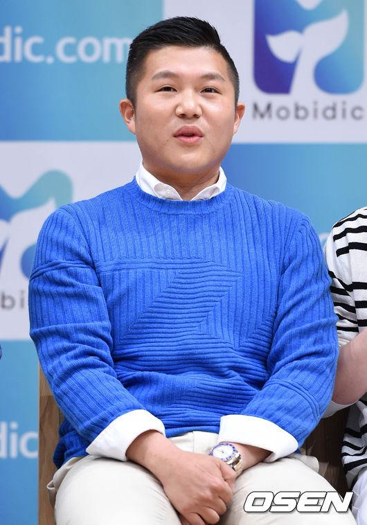 父親是國際知名IT公司韓國分社的理事,讓曹世鎬從小就豐衣足食,不僅會說英、日語,甚至還會彈奏鋼琴!雖然才排名第八,但和外表看起來很不同的家世還是讓網友很訝異!