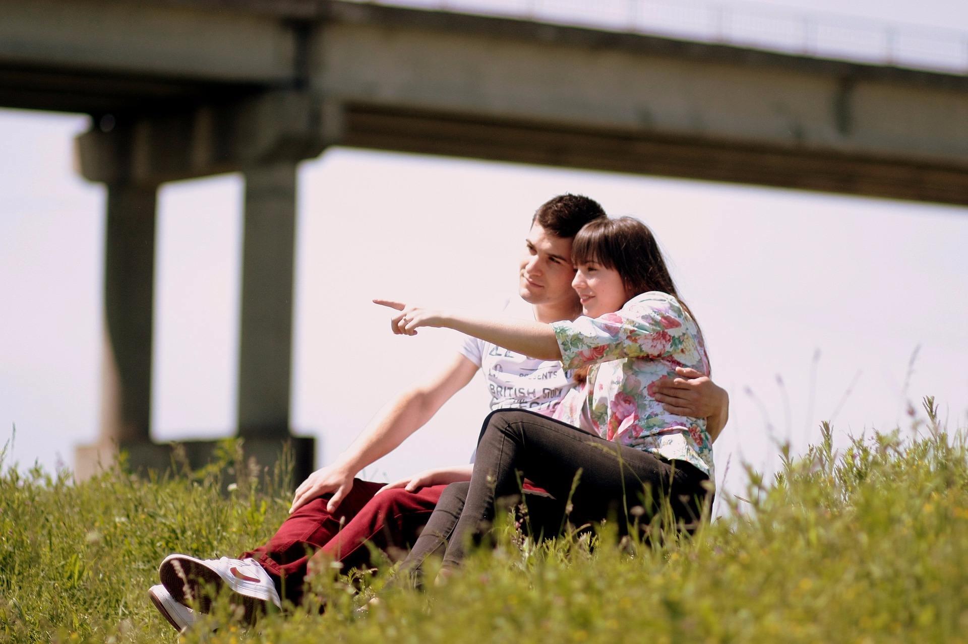 但是今天,我卻在IG上看到你和另一個女生摟著肩的自拍,那畫面看起來好自然、好親密,也慘忍地刺眼。頓時,我懂了,其實我對你甚麼都不是......。