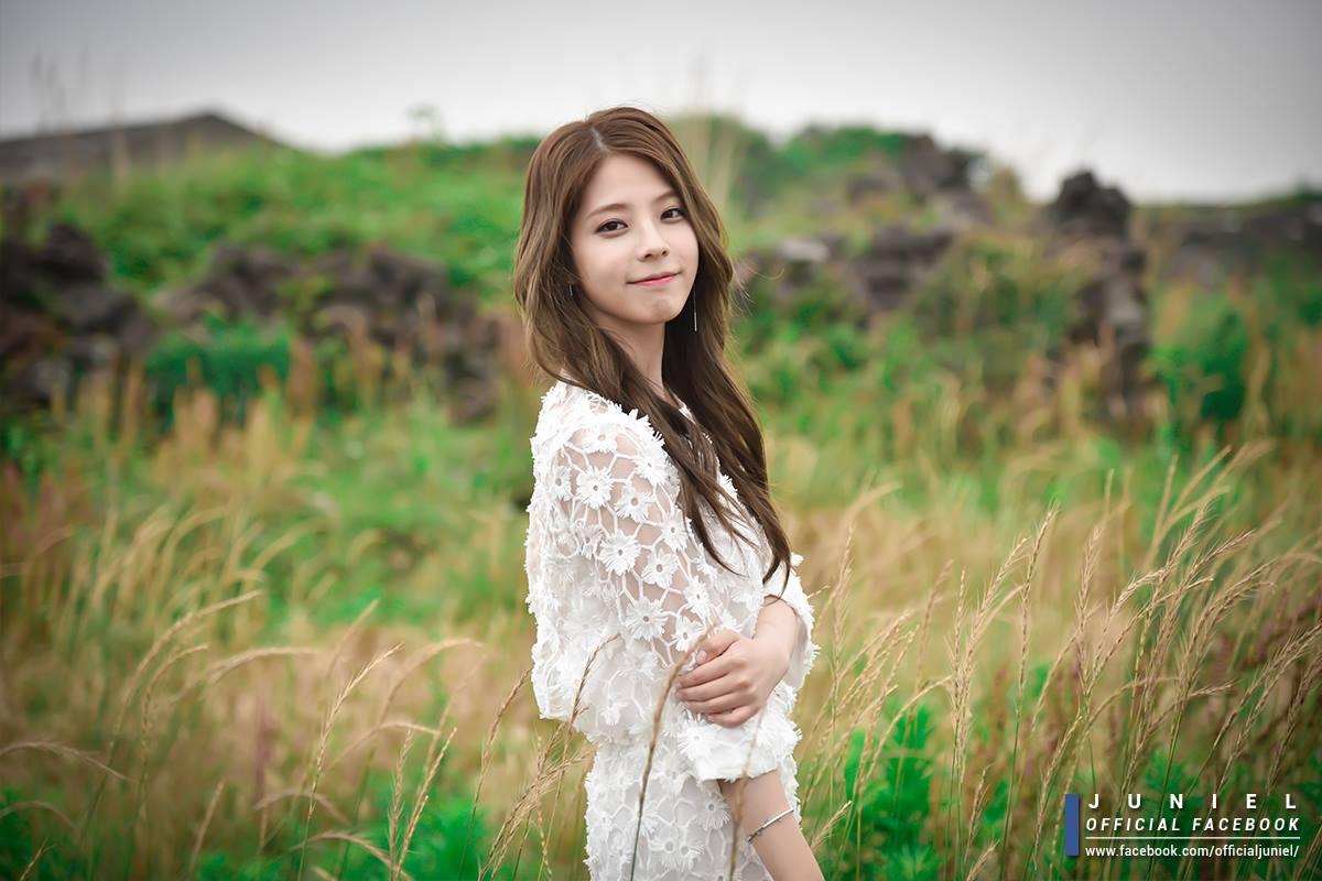 Juniel在隔了將近一年的時間後帶著她的創作數位單曲回歸韓國歌壇了(灑花)