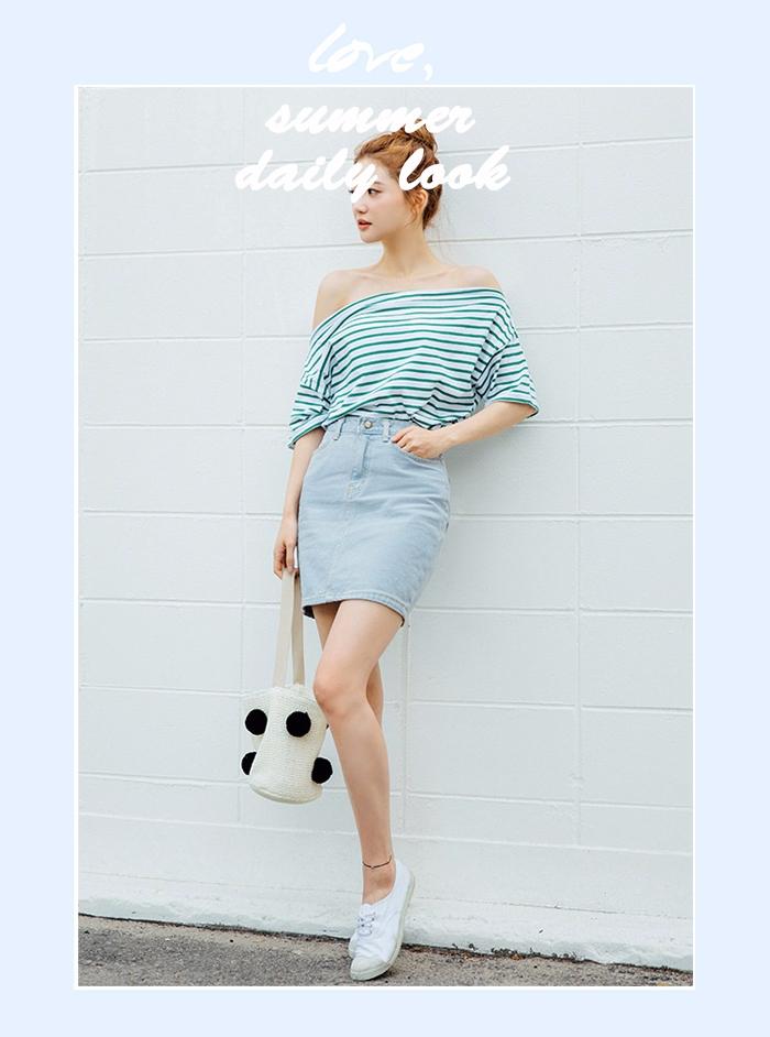 今夏正夯的一字肩設計,結合大勢藍白條紋,高腰短裙,非常的青春俏皮...小白鞋的選用更是增加了清純的氣息~