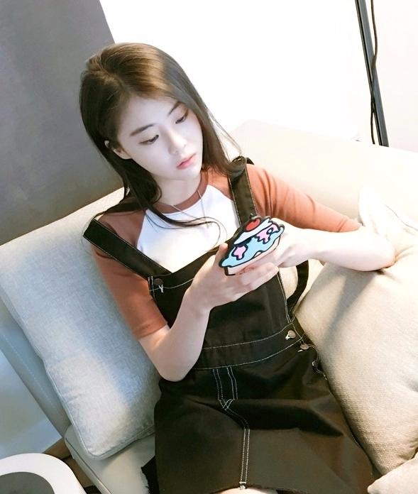 ♯ 用手機 妳也是在2個人講話時總是低頭在用手機和姊妹討論網拍韓劇嗎 ? 就算是老夫老妻了還是要留點時間給男友呀