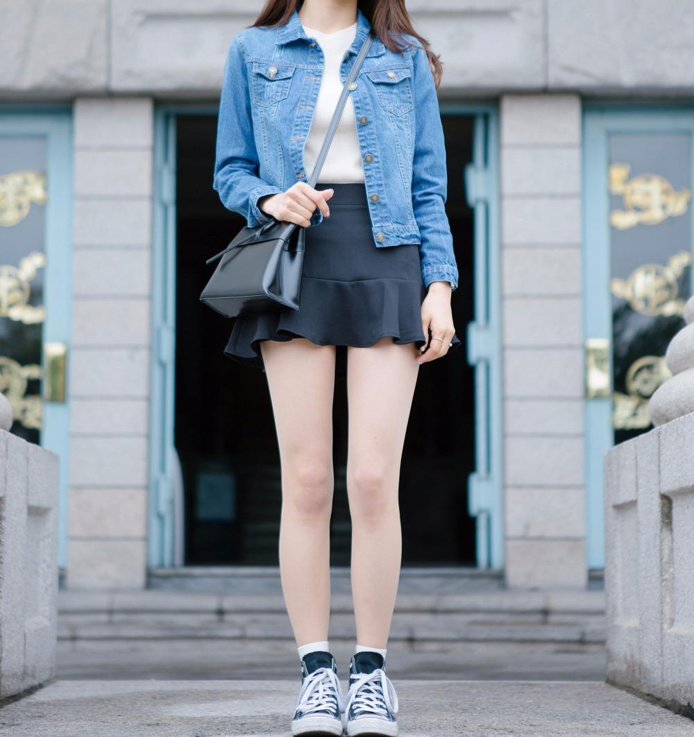 如果不想要讓超短裙看起來太過性感,摩登少女覺得你可以選擇褲裙的款式,前面看起來是裙子,但是後面其實是褲子,性感和俏皮都兼具呢!