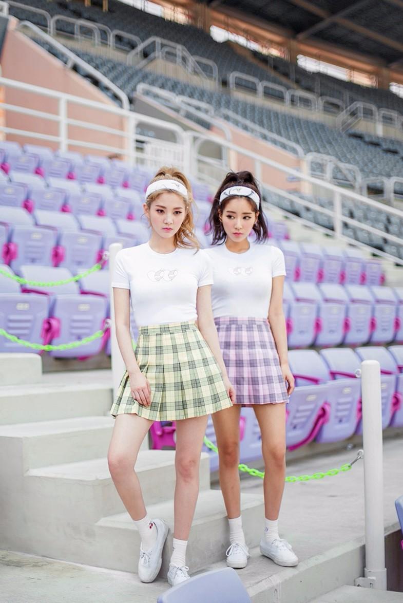 摩登少女覺得要挑選這種長度的裙子,最好的就是可以選擇現在很流行的網球裙,長度在大腿中上,裡面有褲子,百褶的樣式又非常可愛,完全就符合可愛又性感的條件啊!