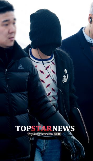 當初這套機場時尚,讓韓國媒體也表示:「GD是要出演蒙面歌王嗎?」(真心想問:看得到路嗎?XD)
