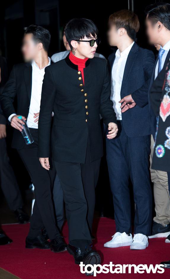 然而前陣子有一組人氣男團,重現了GD之前那套「蒙面時尚」,再次讓人深刻感受到「時尚很難懂」,引起了韓國網友們的討論!