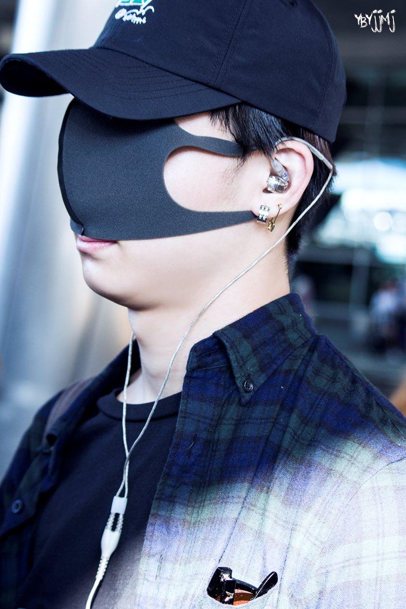居然把口罩這樣戴(大笑) 大家猜得出來是哪一位男偶像嗎?XD
