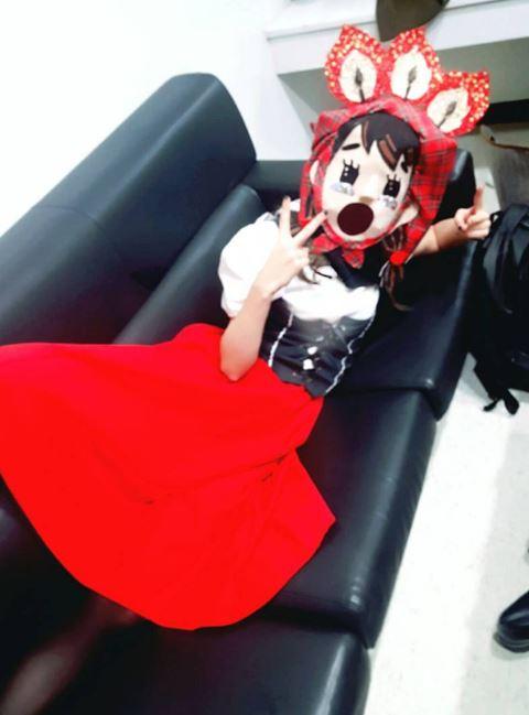 今年二月底,Hani也在《蒙面歌王》中,以「賣火柴的少女」驚艷在座來賓,當時戴著面具隱藏自己的身分,演唱了JYP的歌曲〈Honey〉