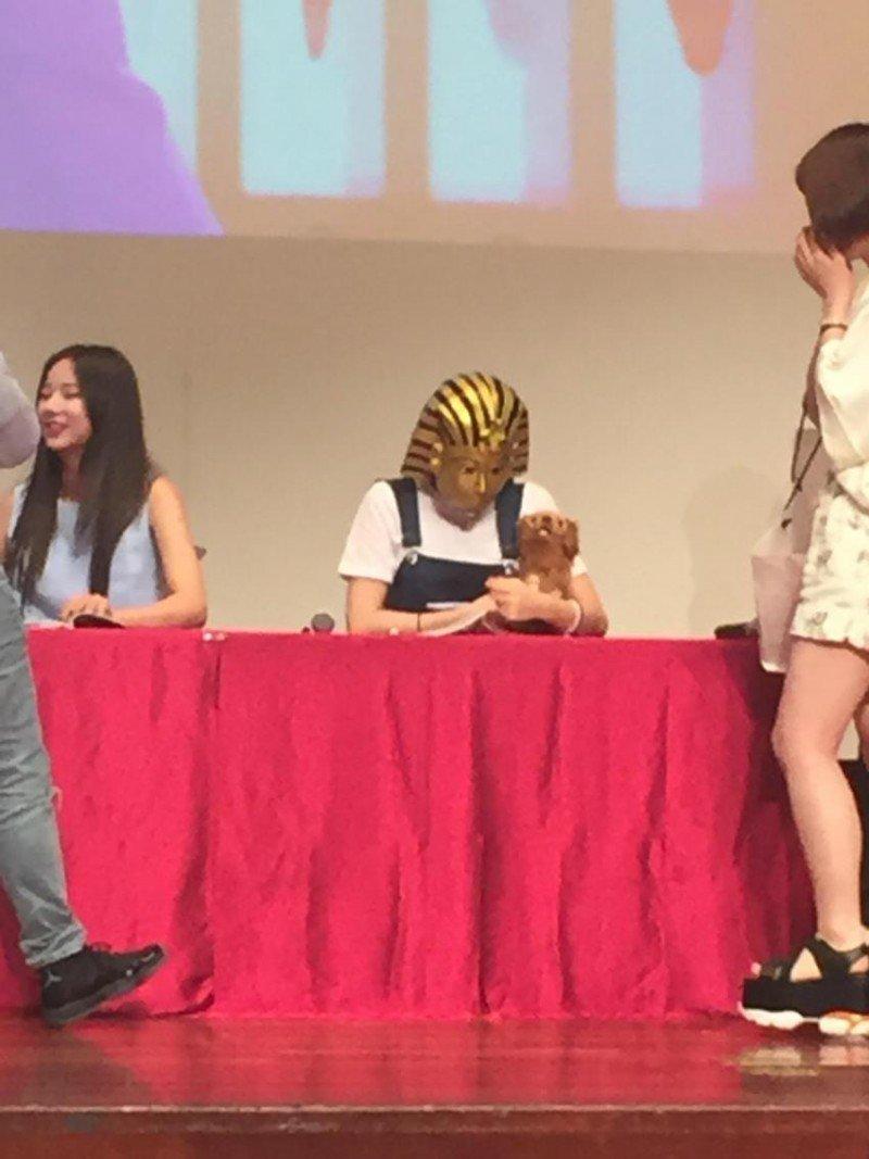 NO~其實是在簽名會時被拍到的照片啦! 大家有看到Hani嗎?(笑)沒錯~~就是帶著法老王面具抱著小狗狗的那位XD