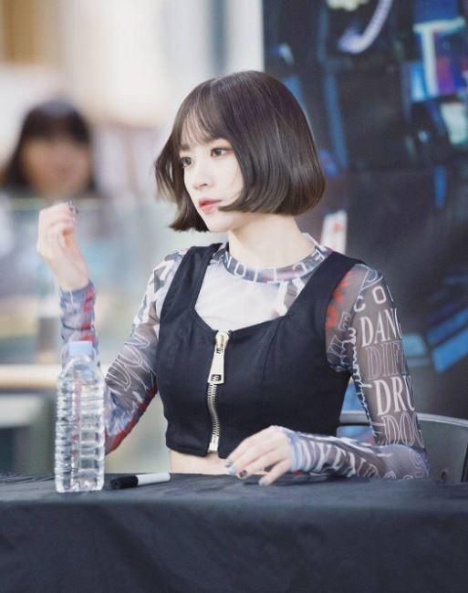 根據韓國網友的說法,法老王面具是粉絲給的禮物,收到面具後,Hani就帶著那個面具簽名XD  光用想像的就很好笑哈哈哈