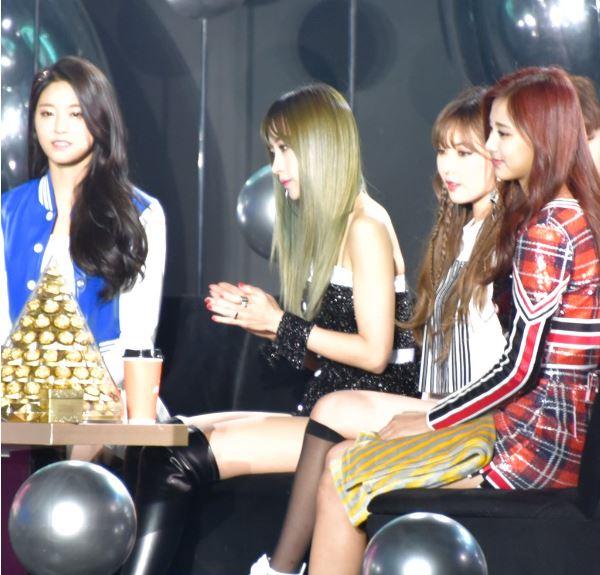 韓國網友們最近發現這張在去年年末歌謠大戰被拍到的照片,就因為這張「四大女神同框出鏡」的照片,讓韓國網友回應:「希望未來有天可以看見她們的合作舞台!」