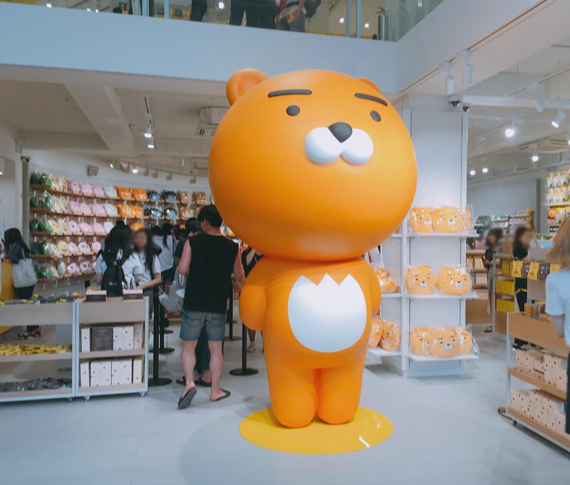 江南旗艦店的鎮店之寶就是KAKAO FRIENDS裡最新的人物RYAN~它不是熊,而是一隻沒有鬃毛的獅子喔