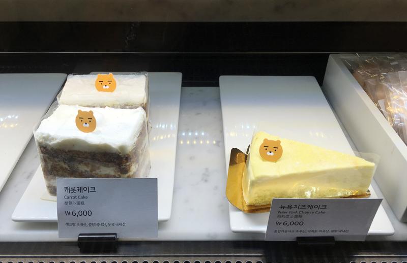 和少許的蛋糕~ 糕點牌非常貼心的附上英文和簡體中文,大家不用擔心看不懂喔