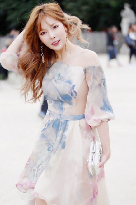 嚇!!那是薄紗嗎~~~?大膽的薄紗設計完美的展現泫雅的好身材!也難怪網友看了大喊「真的要噴鼻血了啦~~」