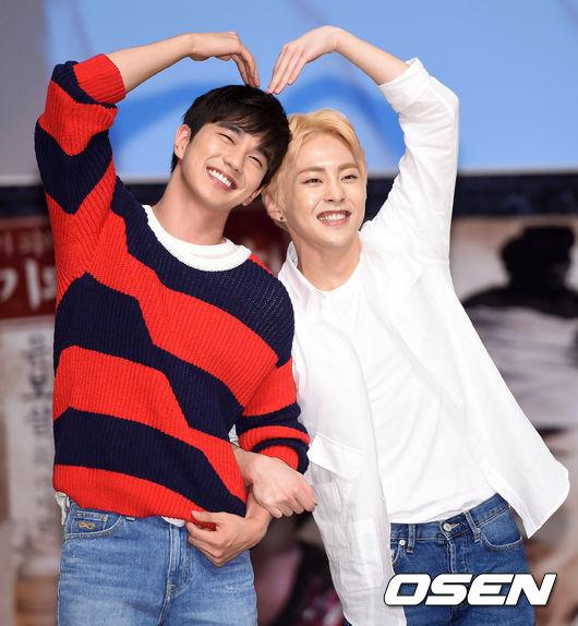 然而前陣子兩人所拍攝的畫報公開後,造成韓國網友們的熱烈討論,真的看起來超有愛的阿♥