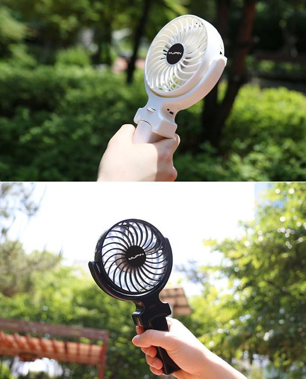 ③[MUPIN]充電式手拿電風扇 如果你夏天去韓國一定會在路上或者地鐵里發現,很多人拿著一個小吹風機再對著臉吹。可能是韓國人真的很怕熱。