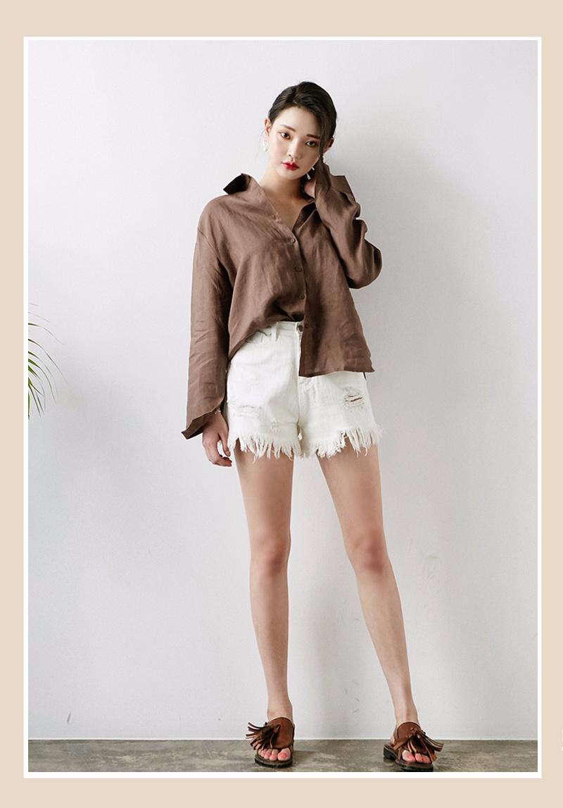 LOOK2  ▶▶搭配襯衣 在穿搭的時候,隨意地把衣角塞進褲腰就行!既時尚,又別具一格,隨意自然~
