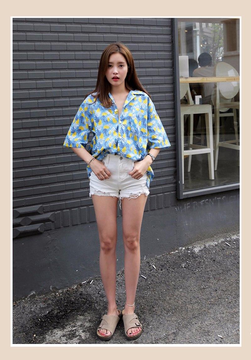 印花設計是今夏的一大趨勢,給人青春陽光之感~ 襯衣前面稍稍塞進短褲裡,視覺上提升腰線、拉伸腿長,也不會給人邋遢的感覺!