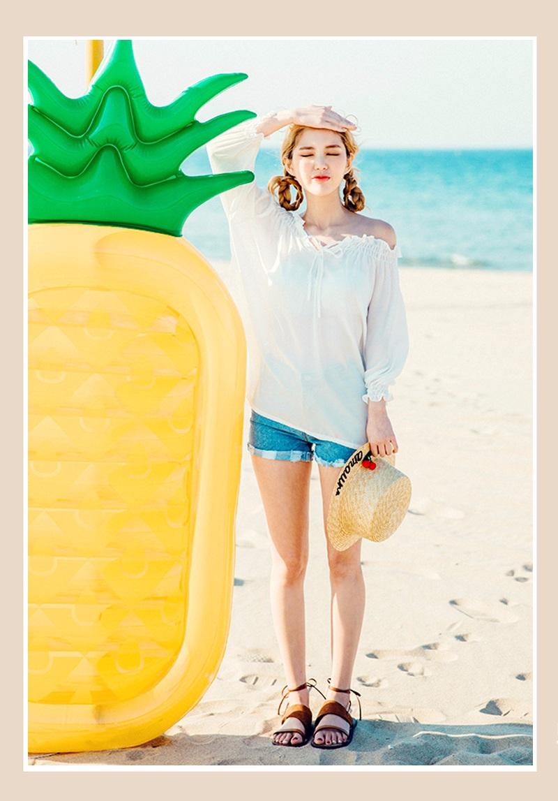 這樣的搭配非常適合海邊,海風一吹,衣角隨風而動,露出若隱若現的短褲,你就是風景.....中長款設計可以遮擋住腰間的贅肉,而且塞進褲子裡的話也可以打造出蓬蓬的感覺,非常的可愛❤~