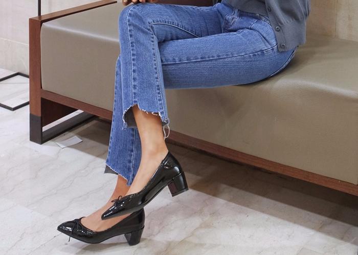 ▼6. 用砂紙磨鞋底 很多人希望自己的鞋底多一點抓地力,防止跌倒,這時你可以用砂紙研磨鞋底比較平滑的部分,讓鞋子底部變得粗糙,抓地牢牢的,保證不滑到^O^