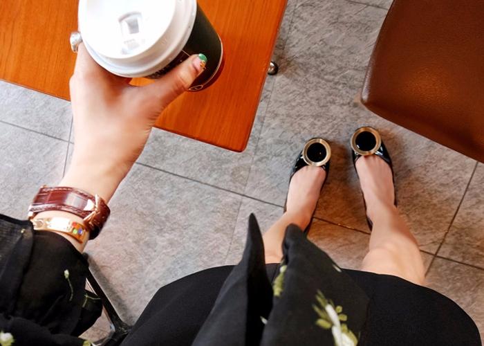▼9. 在鞋麵皮質上塗點凡士林 皮鞋超難打理,如果不想花錢保養,就試試用乾淨的布沾礦物油或凡士林,再擦掉鞋上的刮痕,鞋面就會變得很閃耀!